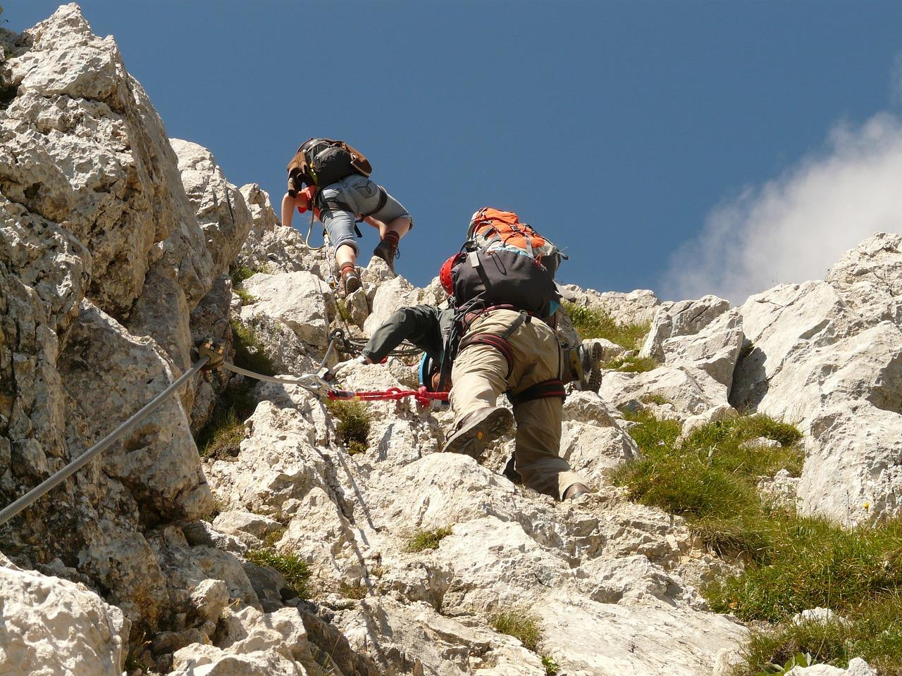 Klettern am Wolfgangsee: zwei Kletterer in der Wand, von etwas weiter unten fotografiert.