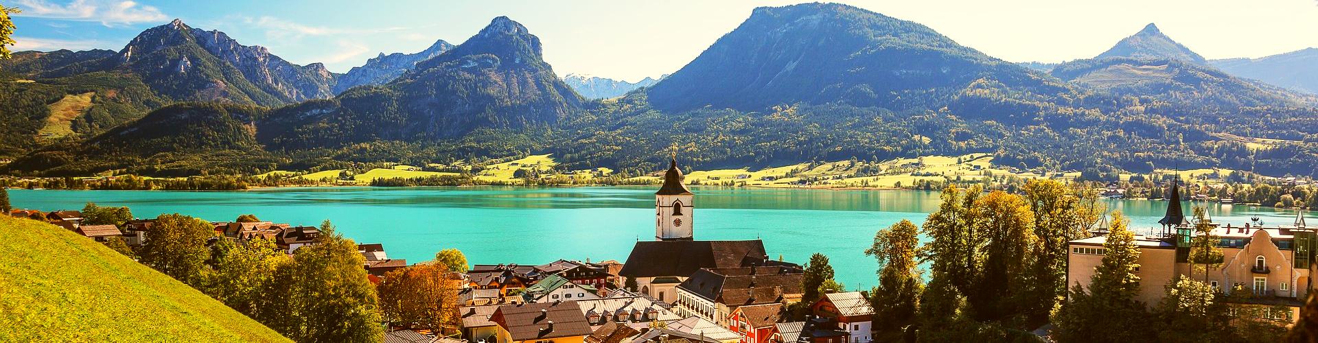 Ausflugsziele rund um den Wolfgangsee: Blick von oben auf St. Wolfgang, im Hintergrund das Zwölferhorn